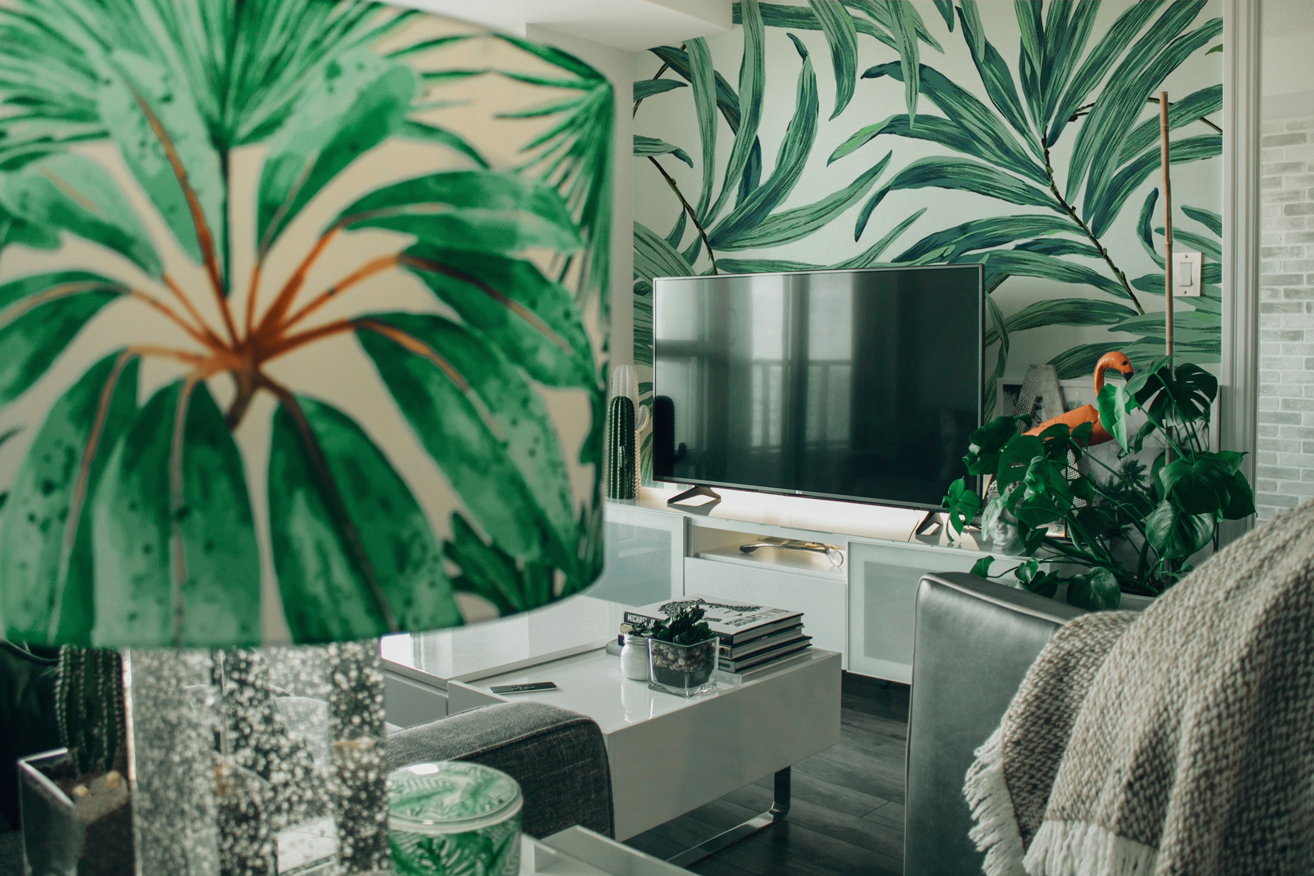 home decor trends, spring 2019, floral wallpaper